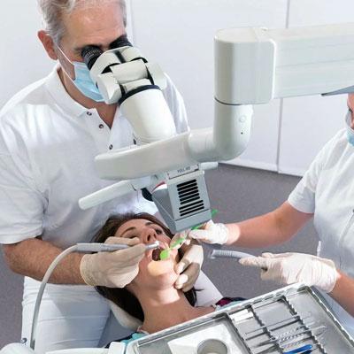 Профессиональная гигиеническая чистка зубов под микроскопом